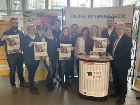 Klimaschutzmanagerin Anna-Lena Mügge (2.v.l.) und Landrat Jürgen Müller (r.) zusammen mit dem Mission-E-Team des Kreises. Foto: Kreis Herford