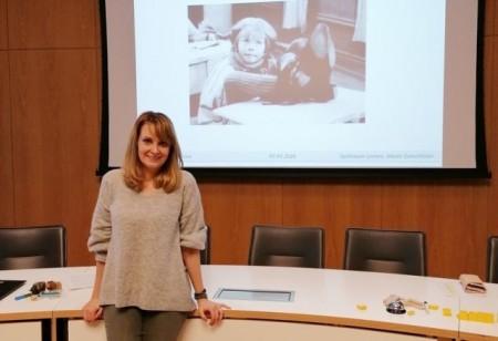 Unterstützung für Pflegeeltern: Bei der Fortbildungsveranstaltung der lippischen Jugendämter vermittelte Referentin Marie Gorschlüter praxisnahe Tipps und anschauliche Informationen. Foto: Kreis Lippe.