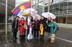 Flagge zeigen für Tibet: Landrat Sven-Georg Adenauer mit Vertreterinnen und Vertretern der Tibet Initiative Deutschland (TID) sowie mit Exil-Tibeterinnen und Tibetern vor der Tibetflagge am Kreishaus Gütersloh. Foto: Kreis Gütersloh