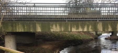 Beide Brücken, sowohl die Straßen- als auch die rad- und gehwegbrücke – müssen saniert werden, der Verkehr wird dabei per Baustellenampel geregelt. Foto: Kreis Gütersloh