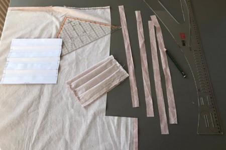 Die Studierenden verwenden dicht gewebten Baumwollstoff, der bei hohen Temperaturen waschbar und somit wiederverwendbar ist.Foto: FH Bielefeld