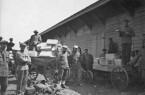 Mennoniten laden 1923 in Platovka, Russland, Waggons mit  Notnahrungsmitteln, einschließlich Milchdosen. Für einige der größeren  Transporte wurden mehrere hundert Waggons benötigt. Foto: MCC-Archiv,  D.R. Höppner