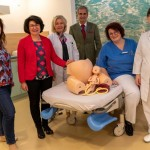 Förderverein spendet Klinikum Gütersloh einen Geburtssimulator für Übungszwecke
