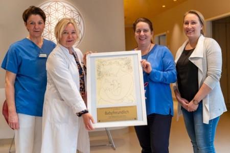 """Freuen sich über die Auszeichnung als """"Babyfreundliche Geburtsklinik"""" (von links): Meike Kruse (Leitende Hebamme), Dr. Wencke Ruhwedel (Chefärztin der Klinik für Frauenheilkunde und Geburtshilfe), Maud Beste (Geschäftsführerin) und Sarah Mund (stellvertretende Pflegedirektorin)"""