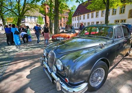 Die Oldtimer-Ausstellung auf dem Klosterplatz gehört jedes Jahr zu den Highlights bei La Strada. Foto: Bielefeld Marketing/Sarah Jonek