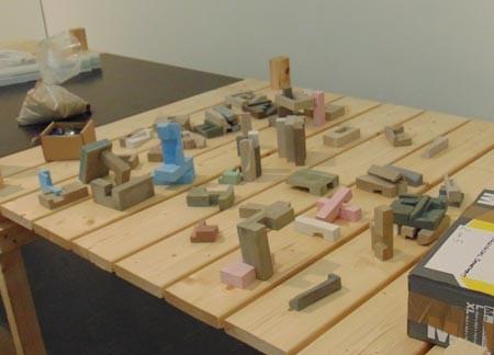 """Der Tisch mit den Betonformen steht in der sog. """"Insel im Marta"""""""