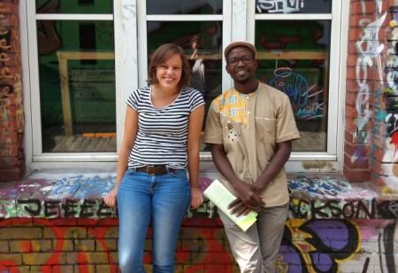 Jana Felmet von der Weberei und Dr. Keith Hamaimbo vom Welthaus Bielefeld setzen sich für einen offenen und ehrlichen Umgang mit dem Thema Rassismus ein. Foto: Die Weberei