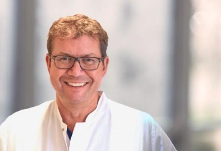 Chefarzt Dr. Florian Dietl und sein Team vom St. Josef Hospital Bad Driburg bieten ab Montag chirurgische Videosprechstunden an.