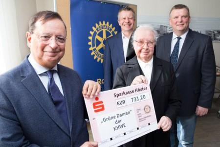 Der Rotary-Club Höxter unterstützt die Grünen Damen des St. Vincenz Hospital in Brakel (von links): Dr. Ghafar Rahim, Achim Frohss (Rotary-Club), Schwester Baptista Kerkhoff und KHWE-Geschäftsführer Christian Jostes.