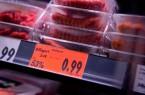 Fleisch als Ramschware: Unter den Billigpreisen für Schwein, Rind und Geflügel leiden nicht nur die Tiere. Auch die Beschäftigten in der Fleischbranche arbeiten zu prekären Bedingungen, kritisiert die NGG.