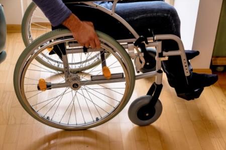 Insgesamt zahlen die gesetzlichen Pflegekassen als Zuschuss für Anpassungen des Wohnumfeldes an die Situation Pflegebedürftiger 4.000 Euro je Maßnahme. Oft sind es Umbaumaßnahmen wie Rollstuhlrampen, die Verbreiterung von Türen oder das Einbauen eines Treppenliftes. Foto: AOK/hfr.