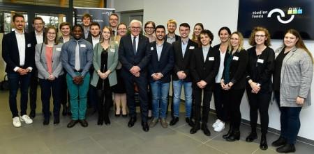 Foto (Stiftung Studienfonds OWL): Ein Highlight: 2019 besuchte Bundespräsident Frank-Walter Steinmeier die Stipendiaten und Mitarbeiter der Stiftung Studienfonds OWL