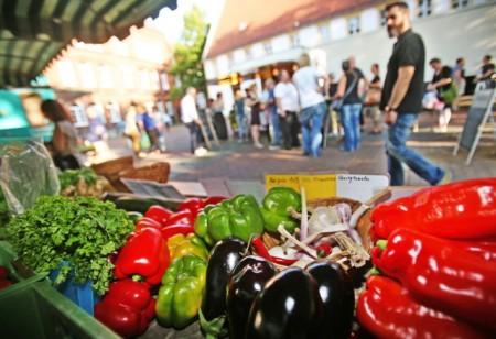 Einkaufen, schlemmen und genießen - ab 2. April lädt der Bielefelder Abendmarkt wieder donnerstags auf den Klosterplatz ein. Foto: Bielefeld Marketing GmbH/ Sarah Jonek