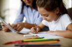 Ohne Schule lernen - wie Eltern ihre Kinder dabei begleiten können (Foto: © iStock.com - damicudic)