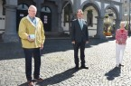 Vor dem Historischen Rathaus übergaben Egon und Marion Hüls Bürgermeister Michael Dreier (Mitte) den bemalten Basaltstein.Foto: © Stadt Paderborn