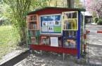 Das Büchertausch-Regal steht vor der Kita Schobeke