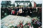 Ein Foto aus vergangenen Tagen - Gedenkfeier am 2000 neu entstandenen Mahnmal am Appellplatz des ehemaligen Konzentrationslagers Niederhagen in Wewelsburg (Foto Herr Czeschik / Archiv Kreismuseum Wewelsburg)