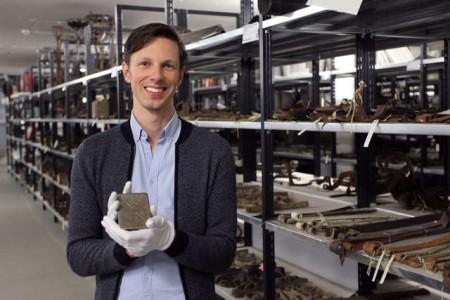 Mathis Kleinitz ist Projektmitarbeiter in der Sammlung und Dokumentation des LWL-Freilichtmuseums Det-mold. Im Arbeitsalltag hat er mit vielen verborgenen Schätzen zu tun, wie zum Beispiel diesem Zigaretten-etui. Foto: LWL/Wozniak