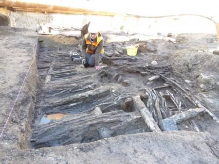 Archäologin Sarah Gonschorek legt die Hauswand des 13./14. Jahrhunderts zur weiteren Untersuchung und Dokumentation sorgfältig frei. Foto: LWL/Sven Spiong