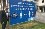"""""""Mit Herz und Verstand gegen das Virus. Das muss unsere Maxime sein"""", betont Bürgermeister Michael Dreier bei der Vorstellung des vom Amt für Öffentlichkeitsarbeit und Stadtmarketing entwickelten Motivs auf vielen Großflächen in der Stadt. Foto:© Stadt Paderborn"""