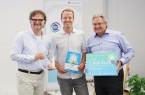 v. l. Prof. Dr. Rüdiger Kabst (Leiter des TecUP), Maximilian Fleitmann (Gewinner des CALL FOR IDEAS 2019) und Karl-Heinz Rawert (Vorstand VerbundVolksbank OWL eG). Foto: (TecUP)