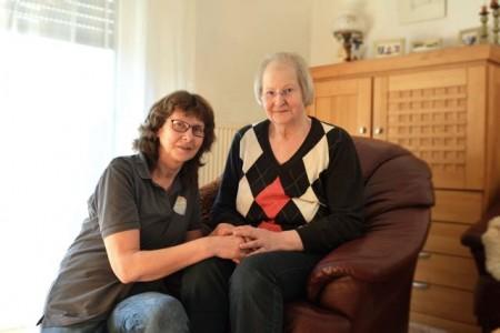 Palliativ-Pflegefachkraft Ute Onkelbach kümmert sich um Maria-Elisabeth Kukuk. Die 72-Jährige ist an Krebs erkrankt.