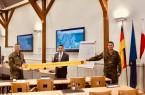 Gelebte Partnerschaft – auch im Zeichen der Pandemie stehen die Stadt Büren und die Patenkompanie des Panzergrenadierbataillons 212 Augustdorf zusammen. Darüber freuen sich Hauptmann Sven Fußhöller, Bürgermeister Burkhard Schwuchow und Oberstabsfeldwebel Karsten Landgrebe.