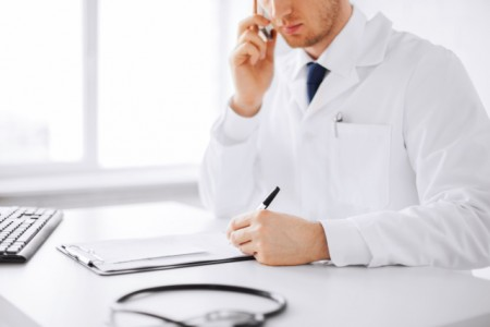Arbeitnehmer in Bielefeld dürfen sich bei leichten Atemwegserkrankungen nun bis zu 14 Tage am Telefon von ihrem Arzt krankschreiben lassen. Foto: AOK/hfr.