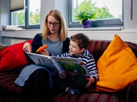 """(Universität Paderborn, Besim Mazhiqi): Im """"SprachSpielLabor"""" untersuchen Wissenschaftler wie Kinder Sprache erwerben und welche Interaktionen ihnen dabei helfen, Wörter dauerhaft zu lernen."""