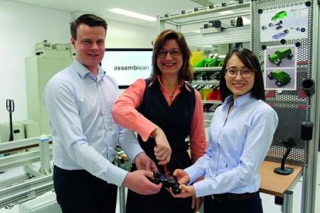 Foto (Heinz Nixdorf Institut): Alexander Pöhler und Xiaojun Yang mit ihrer Mentorin Prof. Dr.-Ing. Iris Gräßler (Mitte)