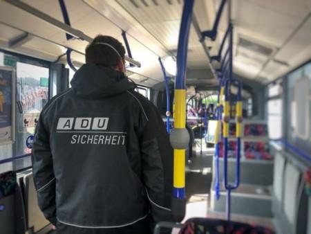 Ab Montag, 27. April, werden auch die Fahrscheinkontrolleure, die für den PaderSprinter im Einsatz sind, stichprobenartig in den Bussen des Nahverkehrsbetriebs unterwegs sein und Fahrgäste ansprechen, die keinen Mund-Nasenschutz tragen. Foto © Stadt Paderborn