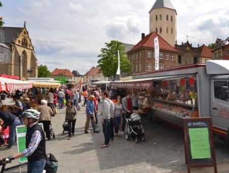 Die Besucherinnen und Besucher des Paderborner Wochenmarkts werden gebeten, ab sofort beim Einkauf Mund und Nase zu bedecken. Foto © Stadt Paderborn