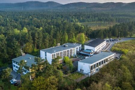 Luftbild von Haus Neuland, im Hintergrund das Lila Haus, Foto: Haus Neuland