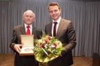 Ehrentag: Andreas Sunder (rechts) hatte Hubert Deittert 2016 die Verdienstmedaille der Stadt Rietberg verliehen. Foto: Stadt Rietberg