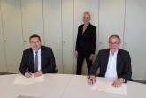 Finalisieren die Übernahme: Landrat Dr. Axel Lehmann, Dr. Ute Röder und Kämmerer Rainer Grabbe (v.l.).. Foto:Kreis Lippe