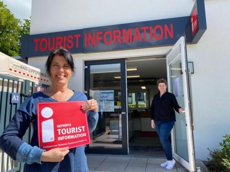 Hier steht die Tür für Kunden immer offen: Fachbereichsleiterin Asli Noyan (links) und Christina Walter vom Team der Tourist Information in Bad Lippspringe freuen sich über die erneute Auszeichnung mit dem Qualitätssiegel des Deutschen Tourismusverbandes.Foto:Bad Lippspringe
