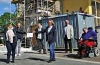 Auf dem Foto zu sehen sind: von links: Lia Potthast (LEADER), Dieter Markus (Bauunternehmen Markus), Peter Knobloch (RSK-Architekten), Ingrid Roland (Leiterin Jugendfreizeitstätte Brakel), Bürgermeister Hermann Temme und Corinna Murawski (Netzwerk barrierefreier Kreis Höxter). Foto: Stadt Brakel
