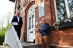 Bürgermeister Ernst-Wilhelm Vortmeyer (links) bedankt sich für die Spende von 1.800 Einweg-Masken bei Horst Gottschalk. Die Gemeinde wird die Masken an Seniorenheime und ambulante Pflegedienste weiter geben.