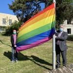 Regenbogenfahne am Kreishaus gehisst