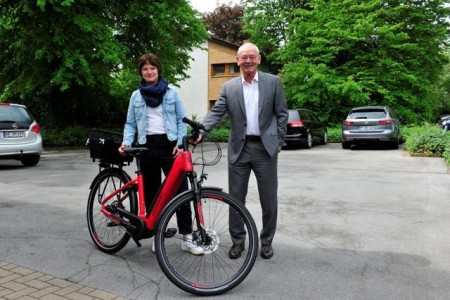 Bürgermeister Ernst-Wilhelm Vortmeyer (links im Bild) hat eins der neuen E-Bikes gleich ausprobiert. Rödinghausens Klimaschutzmanagerin Dr. Sarah Sierig hat das Konzept für die neuen Diensträder aufgestellt.Foto: Stadt Rödinghausen