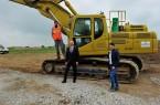 Es geht los an der Neuen Mitte: Bürgermeister Ernst-Wilhelm Vortmeyer (Mitte), Bauamtsleiter Daniel Scholz (rechst) und Sven Riesen vom Bauunternehmen Becker auf der Baustelle in Schwenningdorf.Foto: Gemeinde Rödinghausen
