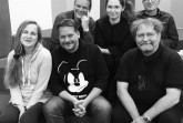 Auf dem Foto: hinten Michael Helm, Christine Zeides, Artur Rosenstern / vorne: Petra Czernitzki, Nicolas Bröggelwirth, Dr. Ralf Burnicki. Bildquelle: Herforder AutorInnen-Gruppe