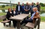 Haben es sich bereits auf den neuen Bänken bequem gemacht: Vertreter des Arbeitskreises Hafen, des Fährhofes sowie der Stadt Vlotho und des Bauhofes.. Foto:Stadt Vlotho