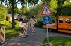 Damit der Künstler im Unterführungsbereich sicher arbeiten kann, verengt sich der Verkehrsraum für zu Fuß Gehende und Radfahrende bereits vor der Unterführung entlang der Pader unter dem Paderwall, zum Wochenende wird die Absperrung aber immer wieder zurück gebaut. Foto:© Stadt Paderborn