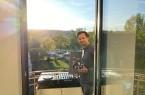 """""""Less Illness – More Music"""" – unter diesem Motto hat David Haupt sechs Wochen lang täglich auf seinem Balkon in den Bürener Almeauen aufgelegt. (Foto: Joans Kramps)"""
