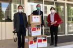 Bild (von links): Jiansheng Yin, Georg Rüter und Ying Zhang freuen sich über die Ankunft von 1000 FFP2-Masken und 60 Schutzanzügen aus China. (Foto: Franziskus Hospital)
