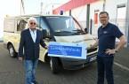 v.l: Heinz-Jürgen Belger vom Ortsverein Rheda-Wiedenbrück und Pressesprecher Rainer Stephan freuen sich über die Spende.  (Foto: DRK)