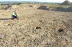 Grabungsleiter Dr. Wolfgang Messerschmidt zeigt die Pfostenlöcher eines kleinen Nebengebäudes. (Foto: LWL-Archäologie für Westfalen/S. Spiong)