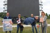 Halles Bürgermeisterin Anne Rodenbrock-Wesselmann (von rechts) und Olaf Sorge (Stadtverwaltung) bedankten sich bei Nicole Kulemann und Daniel Kühnpast für die Verwirklichung des OWL-Autokino und bekamen die typische Popcorn-Tüte geschenkt. © Förderverein Stadt HalleWestfalen