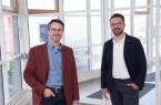 Dr. Rainer Lüttmann (links) ist der neue Partner an der Seite von Dr. Robert Luckner: Die Neurochirurgen führen Wirbelsäulen-Operationen am St. Vincenz Hospital Brakel durch.